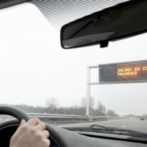 Panneau à message variable incitant à réduire sa vitesse lors d'une opération de salage.